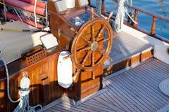 老怀乡帆船-柚木树木头驾驶舱和船舵  免版税库存图片