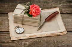 老情书和红色玫瑰花 库存照片