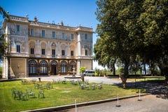 老意大利别墅和石头喷泉在树 免版税库存图片