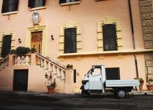 老意大利汽车在一个历史建筑停放了 免版税图库摄影