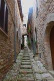 老意大利街道在阿西西,翁布里亚在意大利 免版税库存照片