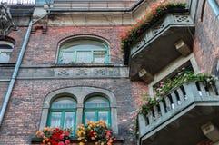 老战前大厦由红砖做成 免版税库存照片