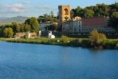 老房子、堡垒和EU蓝色河美好的风景  库存图片
