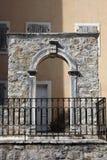 老房子、窗口与快门和石弧 免版税库存照片