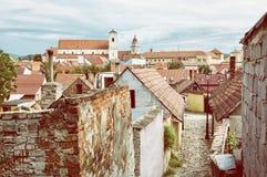 老房子、街道和教会在Skalica镇,减速火箭的照片fi 免版税图库摄影