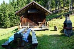 老房子、长凳和桌在Cadore Dolomity山的,意大利 库存图片