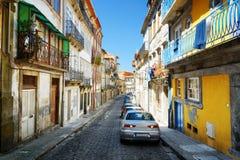 老房子五颜六色的门面在历史的cen的街道上的 免版税图库摄影