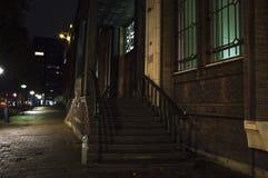 老房子台阶在城市 免版税库存图片