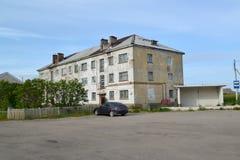 老房子和公共汽车中止在Teriberka的解决 nsk区域 免版税库存图片