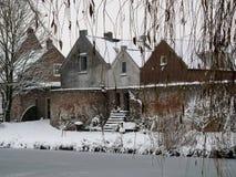 老房子和墙壁在Vianen,荷兰 免版税库存照片