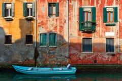 老房子和小船在运河在威尼斯,意大利 图库摄影