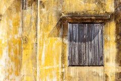 老房子和老windowns与老黄色颜色 库存图片