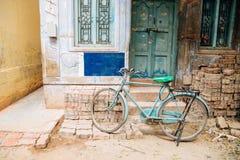 老房子和自行车在马杜赖,印度 免版税库存图片