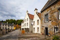 老房子和被修补的街道在Culross 库存照片