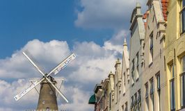老房子和风车在莱顿的中心 免版税库存照片