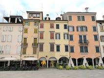 老房子和餐馆Matteotti位置的 免版税库存照片