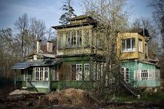 老房子在俄国村庄 免版税库存照片