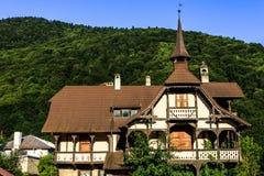 老房子在喀尔巴阡山脉,罗马尼亚绿色森林里  库存图片