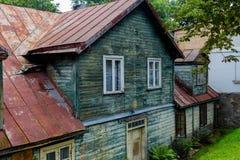 老房子在塔尔西,拉脱维亚,街道视图 图库摄影