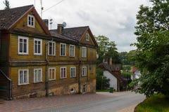 老房子在塔尔西,拉脱维亚,街道视图 免版税库存图片