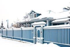 老房子在多云冬日在古老俄国城市 免版税库存照片