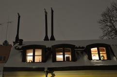 老房子在有一层舱内甲板的斯德哥尔摩在顶楼 免版税库存照片