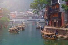 老房子在2013年10月22日的凤凰牌县在湖南,中国 凤凰牌古镇增加了到联合国科教文组织世界Herita 免版税库存图片