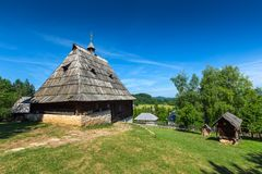 老房子在ethno村庄在塞尔维亚 免版税图库摄影