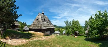 老房子在ethno村庄在塞尔维亚 库存图片