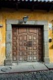老房子富有的门在安地瓜 免版税库存图片