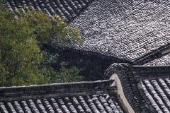 老房子屋顶在雪以后的 库存图片