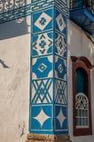老房子的五颜六色的墙壁装饰的特写镜头日落的在Paraty 库存图片