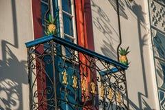老房子的五颜六色的墙壁装饰的特写镜头日落的在Paraty 库存照片