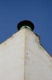 老房子的低脂奶油墙壁的角度有罐子塔楼顶尖输送管透气浅绿色的颜色的 库存照片