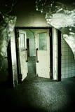老房子的可怕门 免版税库存照片