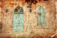 老房子的墙壁的抽象图象从耶路撒冷石头的与老蓝色阳台 被过滤的和被构造的图象 免版税库存照片