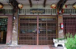 老房子的大门在曼谷,泰国 免版税库存照片