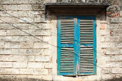 老房子的窗口在Duong潜逃村庄,河内,越南 免版税库存图片