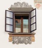 老房子窗口在卢布尔雅那,斯洛文尼亚,有壁画的 库存图片