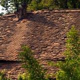 老房子粉碎的屋顶  免版税库存图片