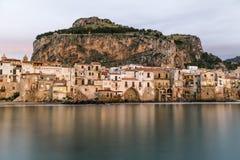 老房子美好的港口视图在黄昏的Cefalu,西西里岛 免版税库存图片