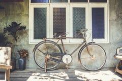 老房子葡萄酒口气顶楼墙壁的自行车生锈的公园  图库摄影