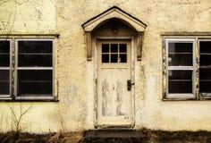 老房子退色的黄色前面  免版税库存照片