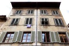 老房子门面有信号旗的在佛罗伦萨市 库存图片