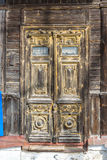 老房子,俄罗斯的被雕刻的木门 库存照片