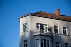 老房子,有一好balkony的 库存照片