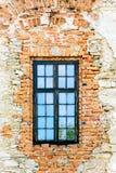 老房子,没有plast的石墙的木窗口 库存照片