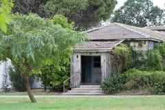 老房子srounded与绿色 图库摄影