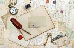 老手写的信笺纸明信片 书葡萄酒工具 库存图片