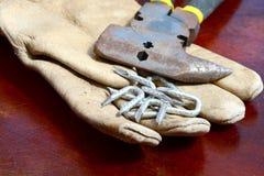 老手套和大头钉 图库摄影